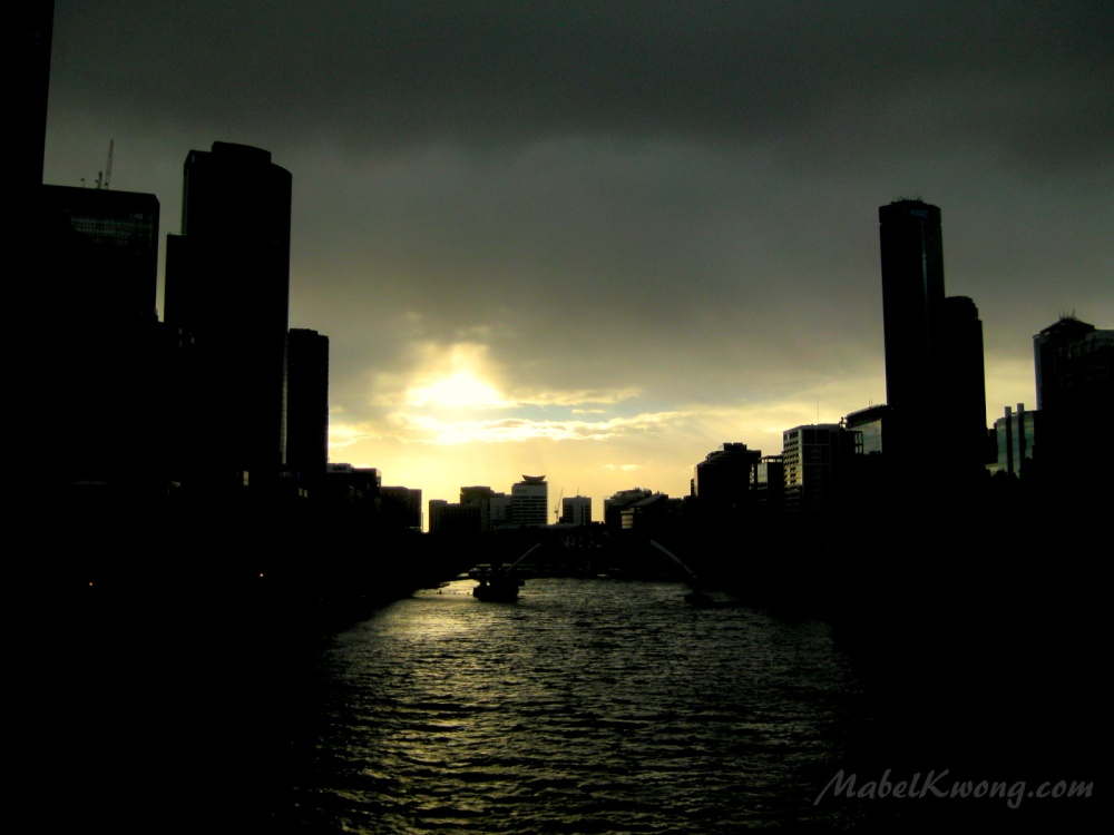 Silhouettes of Melbourne as the sun goes down. Princes Bridge | Weekly Photo Challenge: Silhouette.
